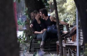 Giselle Itié e Emílio Dantas trocam beijos e carinhos apaixonados em passeio