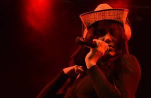 Anitta usa chapéu de boiadeiro e dança 'Paredão Metralhadora' em show. Vídeo!