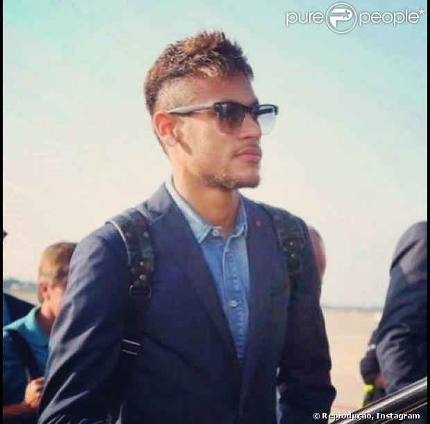 O jogador do Barcelona, Neymar publica foto em sua conta no Instagram, nesta quarta-feira, 23 de outubro de 2013, em que aparece com novo corte de cabelo e bigodinho