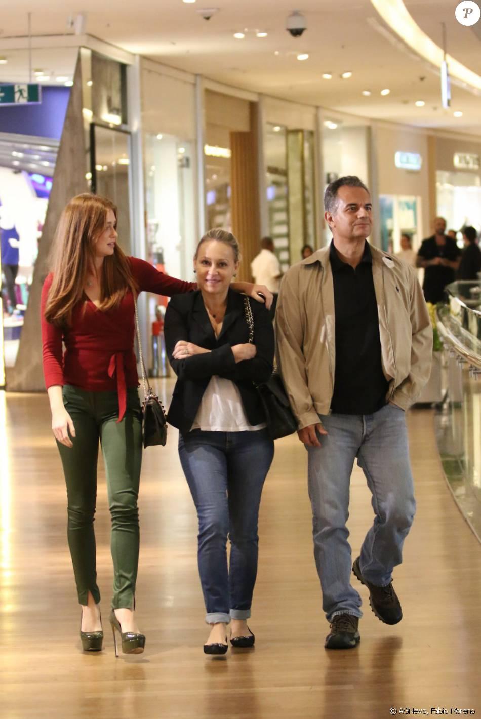 Marina Ruy Barbosa passeia com os pais no shopping após fim de 'Totalmente Demais', nesta segunda-feira, 30 de maio de 2016