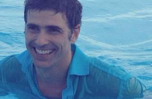 Reynaldo Gianecchini mergulha de roupa em piscina: 'Peço muito axé'