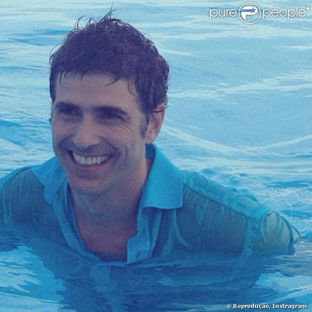 Fabuloso Reynaldo Gianecchini mergulha de roupa em piscina: 'Peço muito axé  MM53