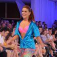 Paloma Bernardi desfilou usando calça de ginástica e top