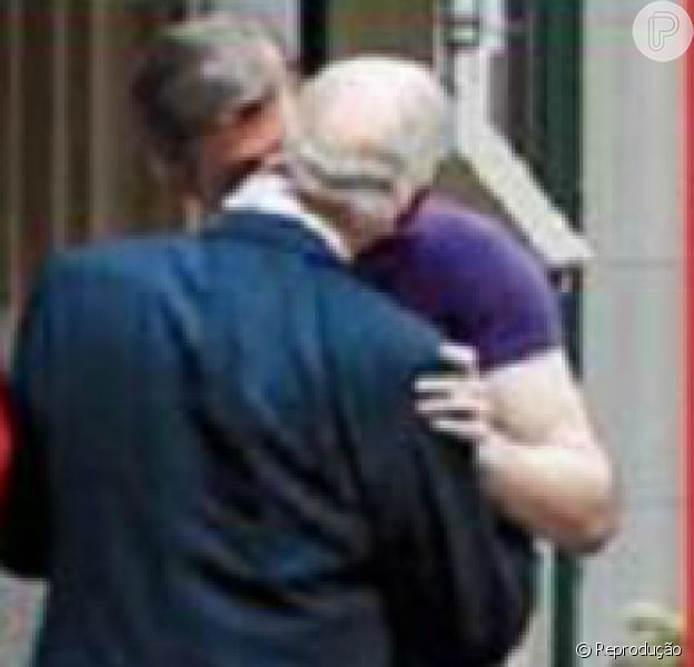 Príncipe Charles é flagrado por revista beijando outro homem