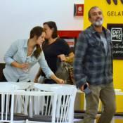 Paolla Oliveira passeia com o namorado, Rogério Gomes, em shopping do Rio