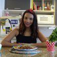 Gabriela Moreyra, protagonista da novela 'Escrava Mãe', prepara lasanha sem carboidrato. Aprenda!