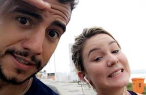Ex-BBBs Matheus e Cacau cumprem desafio de fãs e dançam funk na rua. Vídeo!