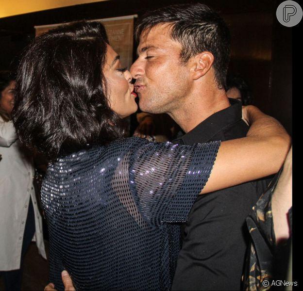 Juliana Paes trocou beijos com o marido na pré-estreia de filme 'A Despedida', nesta segunda-feira, 6 de junho de 2016