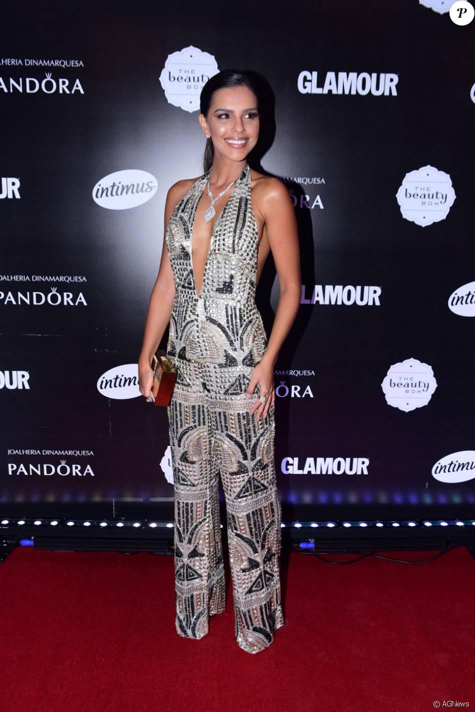 effac604a Mariana Rios usou vestido com decote profundo durante a o Prêmio Geração  Glamour, em São Paulo, no dia 31 de março de 2016