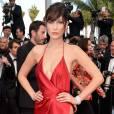 Bella Haddid, irmã da top Gigi Hadidd, ousou com decote e fenda no Festival de Cannes