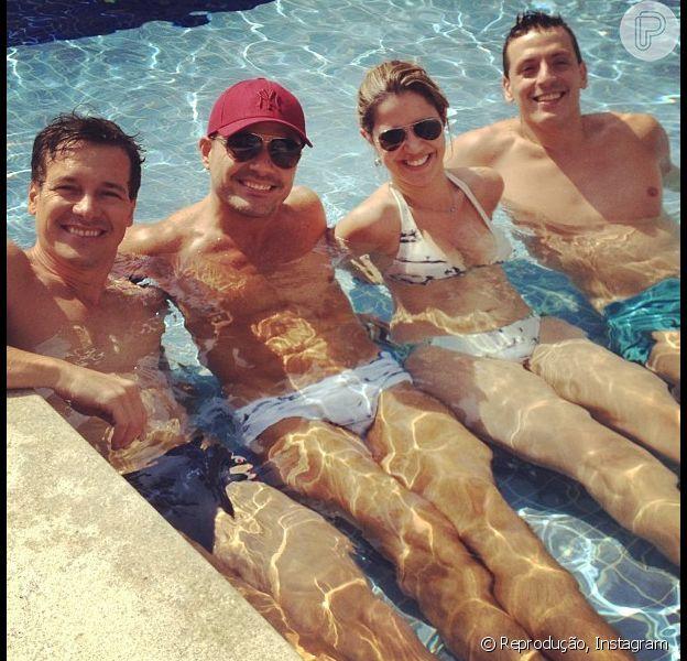 Rodrigo Faro aproveita o dia de sol e curte piscina com a família (incluindo aí o irmão, Danilo Faro, de sunga branca), em 25 de dezembro de 2012