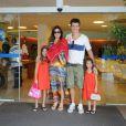 Vera Viel, mulher do apresentador Rodrigo Faro, tem alta da maternidade e sai do hospital na companhia do marido e das filhas, Maria, Clara e Helena, em 24 de dezembro de 2012