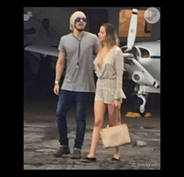Luan Santana e uma loira foram clicados juntos por fã do cantor no aeroporto de Tocantins