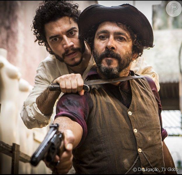 Martim (Lee Taylor) impede Cícero (Marcos Palmeira) de matar Santo (Domingos Montagner), na novela 'Velho Chico', em 10 de junho de 2016