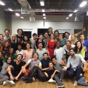 Grazi Massafera e Isabella Santoni posam com elenco de 'A Lei do Amor':'Outubro'