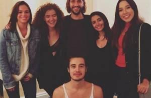 Bruna Marquezine e Tiago Iorc posam juntos em camarim após show em São Paulo