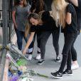 Fãs e familiares de Christina Grimmie deixam flores na porta da boate onde foi assassinada