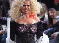 Xuxa desfila com seios à mostra e aplique nos cabelos: 'Vovó na passarela'