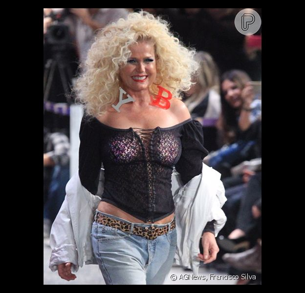 Xuxa deixou os seios à mostra na passarela do Rio Moda Rio, nesta terça-feira, 14 de junho de 2016, no Rio de Janeiro