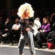 Xuxa desfila com seios à mostra em evento no Rio