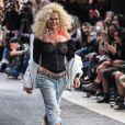 Aos 53 anos, Xuxa esbanja boa forma em look ousado na passarela