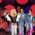 Xuxa desfila com seios á mostra em eventio de moda no Rio