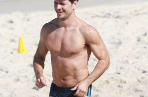 Daniel de Oliveira exibe boa forma e abdômen sarado em treino na praia. Fotos!