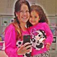 Samara Felippo mostrou o pijama igual ao da filha, Alícia, em foto