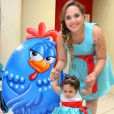 A cantora Perlla usou o mesmo vestido da filha, Pérola, no aniversário de 1 ano da menina