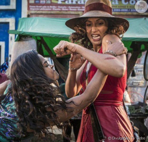 Luzia (Lucy Alves) e Tereza (Camila Pitanga) se agridem no meio de uma feira, na novela 'Velho Chico', em 17 de junho de 2016