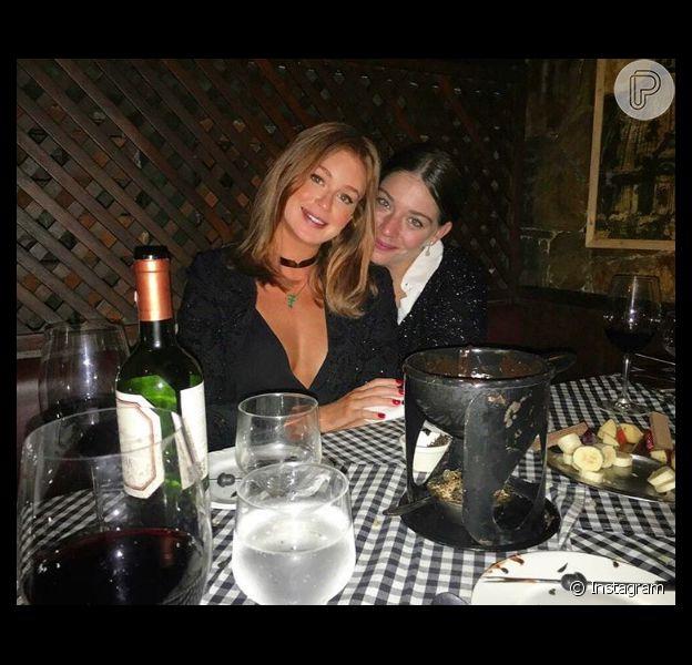 Marina Ruy Barbosa janta na companhia da amiga Luma Costa em um restaurante no Rio