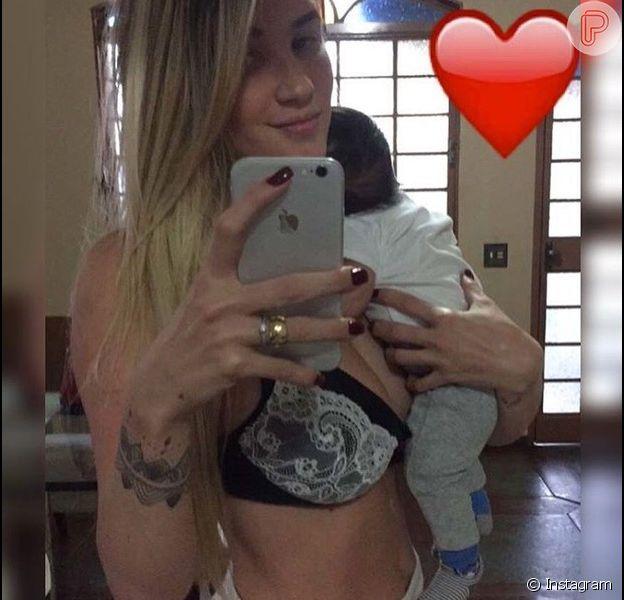 Aline Gotschalg exibe boa forma menos de dois meses após dar à luz