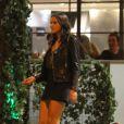 Bruna Marquezine investiu em um look total black, porém não ligou para o clima frio do outono e usou uma saia curtinha, deixando as pernas à mostra