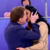 Silvio Santos finge beijar Helen Ganzarolli: 'Posso fazer cenas de amor assim?'