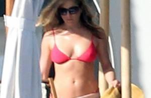 Jennifer Aniston exibe boa forma de biquíni aos 43 anos, no México