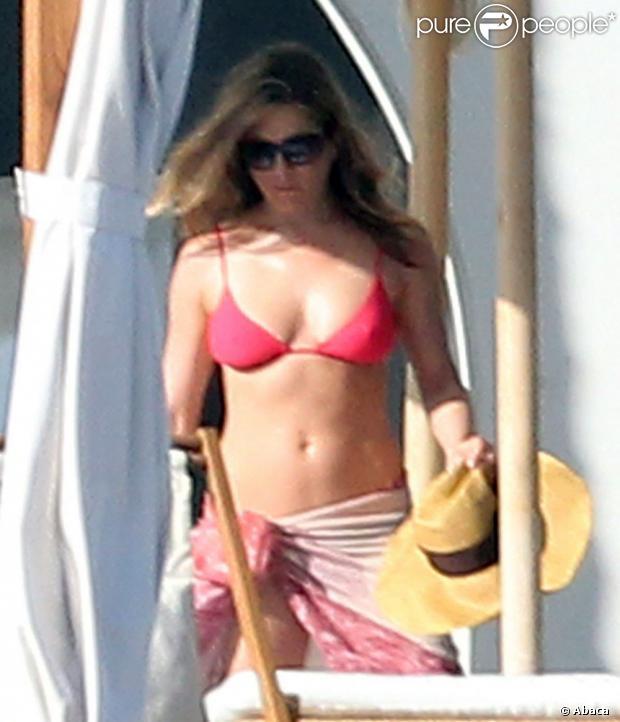 Jennifer Aniston exibe boa forma aos 43 anos, em Cabo San Lucas, no México, em 24 de dezembro de 2012