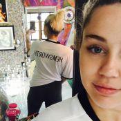 Miley Cyrus posa com camisa com o nome de Liam Hemsworth: 'Juntos outra vez'