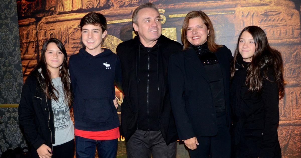 Gugu liberato posou com a fam lia na estreia vip de 39 os for Muralha e sua esposa