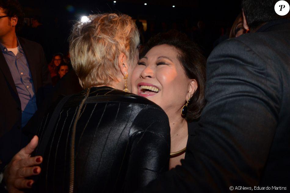 Xuxa Meneghel também se encontrou com dona Kika Sato, mãe de Sabrina Sato, na estreia VIP de 'Os Dez Mandamentos - O Musical'