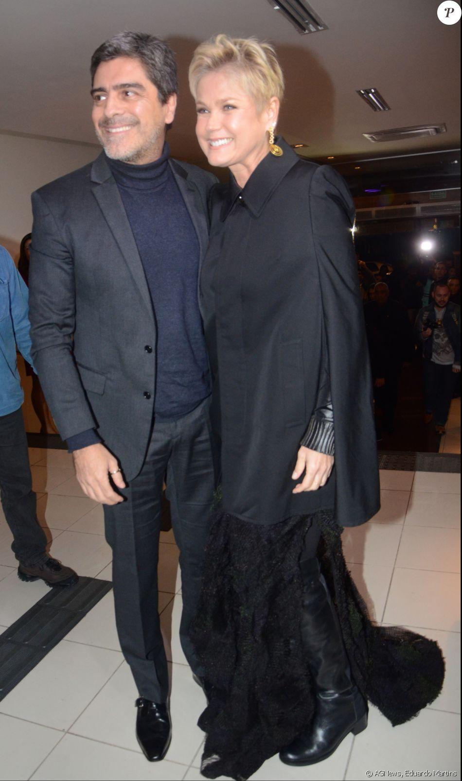 Xuxa Meneghel posou com o namorado, Junno Andrade, na entrada do teatro Procópio Ferreira, em São Paulo, onde assistiu a estreia VIP de 'Os Dez Mandamentos - O Musical'