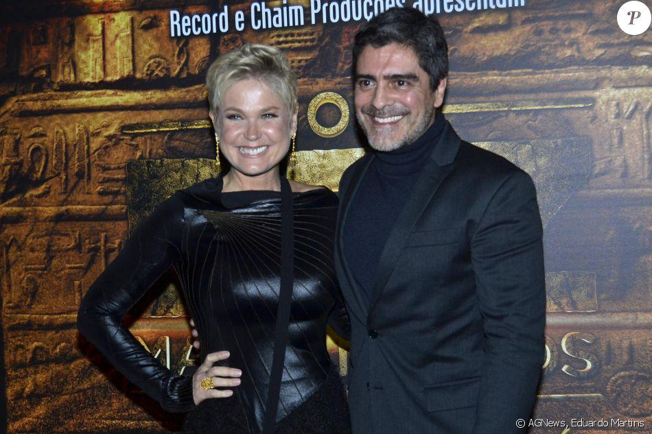 Xuxa e o namorado, Junno Andrade, posaram juntos na estreia VIP de 'Os Dez Mandamentos - O Musical'