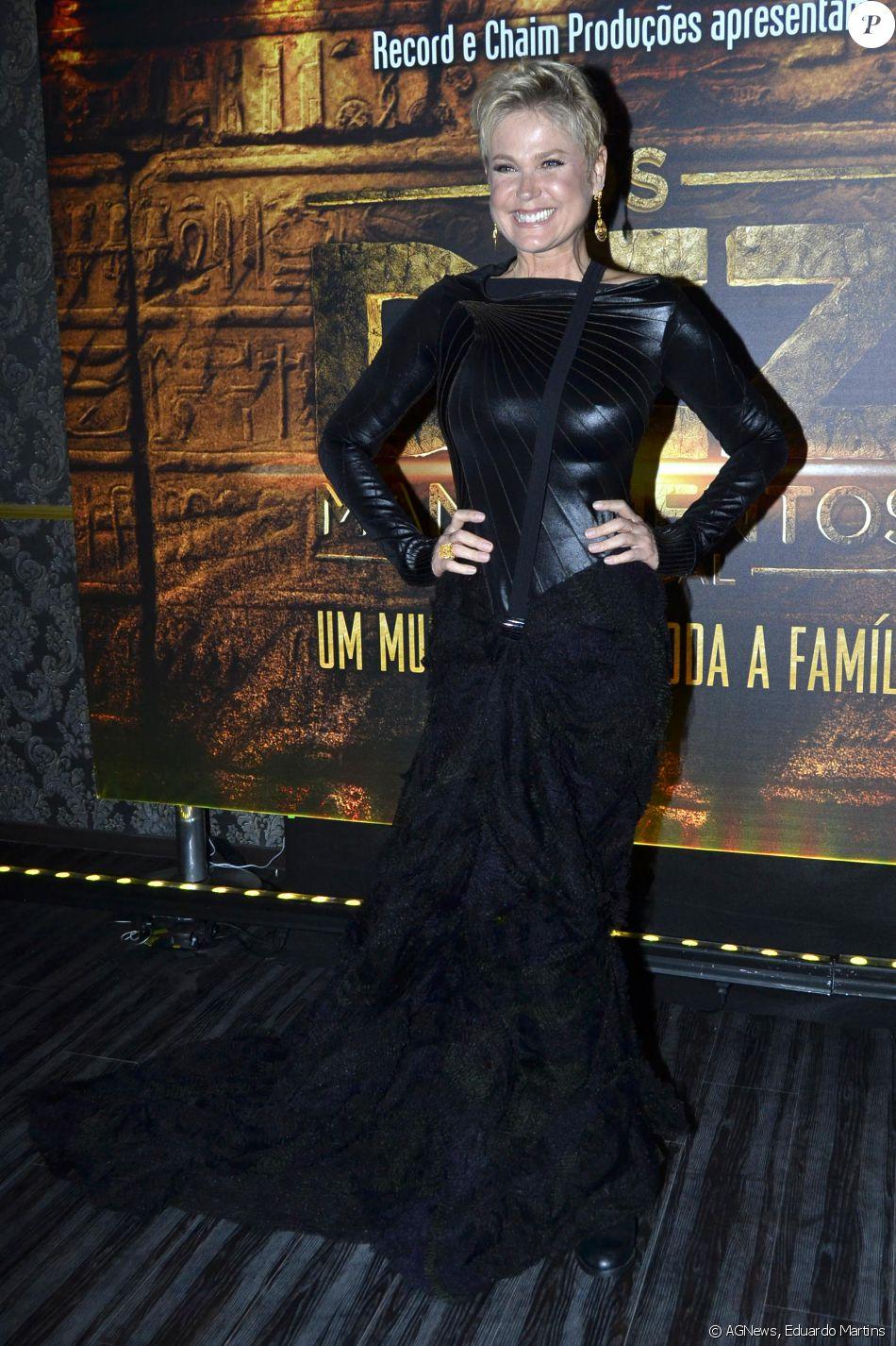 Xuxa usou um look todo preto na estreia VIP de 'Os Dez Mandamentos - O Musical', na noite desta segunda-feira, 20 de junho de 2016