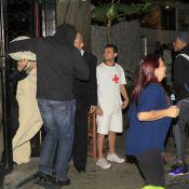 Enrolado em lençol, Justin Bieber deixa termas do Rio acompanhado de mulheres