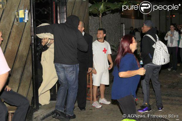 Justin Bieber saiu enrolado em um lençol da Termas Centaurus, no Rio. O local é conhecido por oferecer entretenimento adulto na cidade
