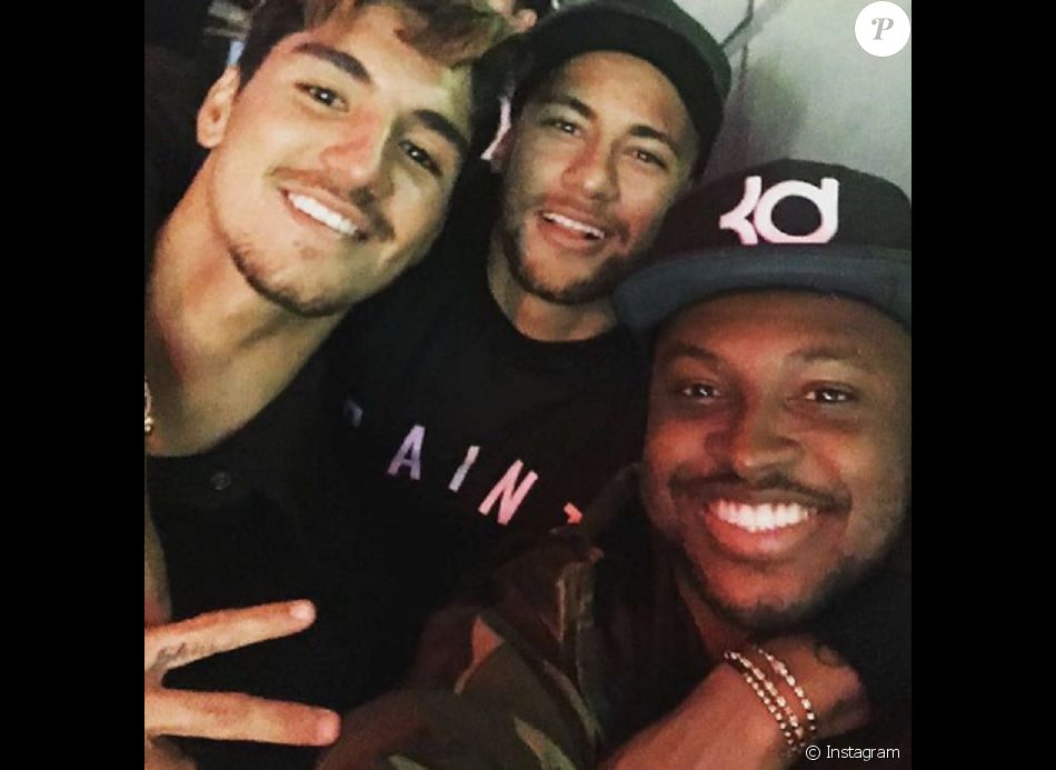 e6149f565a6 Neymar e Gabriel Medina se divertem em bar de Thiaguinho em SP   Não ...