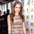 Poliana Abritta investiu em um vestido listrado nas cores dourado e preto