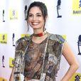 Emanuelle Araújo apostou em um vestido estampado com transparência para o 27° Prêmio da Música Brasileira