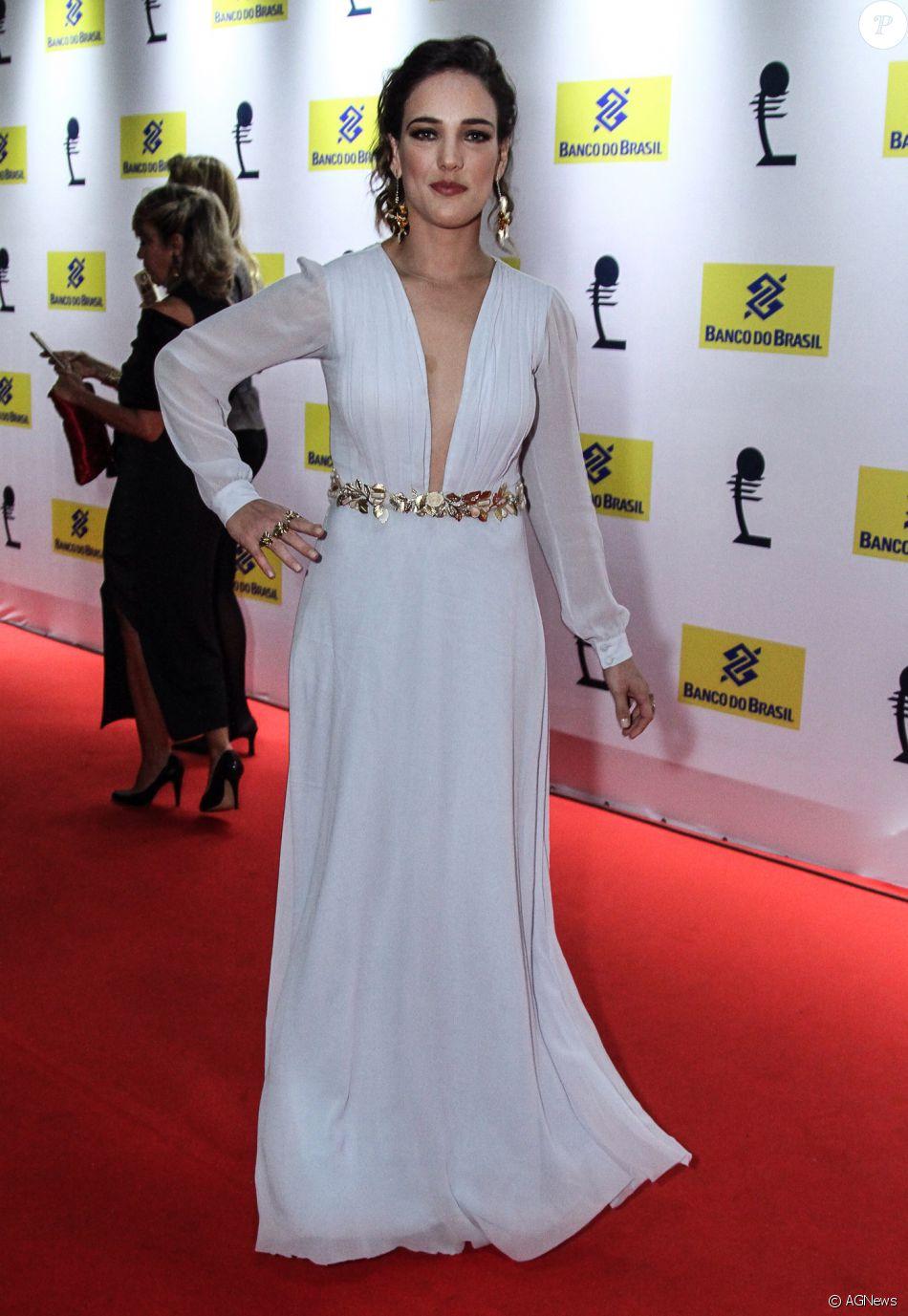 5e12a15e8 Adriana Birolli investiu em um vestido branco feito por Patrícia Bonaldi. O  longo exibe um decote profundo na parte frontal do look
