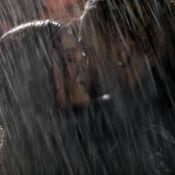 Kylie Jenner troca beijos com PartyNextDoor em novo clipe do rapper. Fotos!