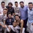 César Menotti postou outra imagem acompanhado de amigos do sertanejo. Entre eles, seu parceiro de palco, Fabiano, Michel Teló, as duplas Henrique e Juliano e Bruno e Marrone.